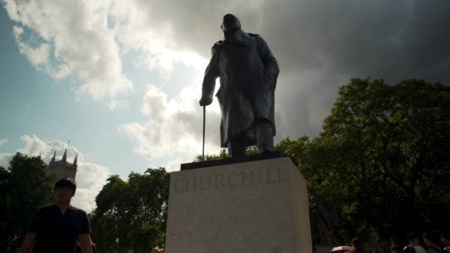 tracking shot around the statue of winston churchill on parliament square. - statuetta video stock e b–roll