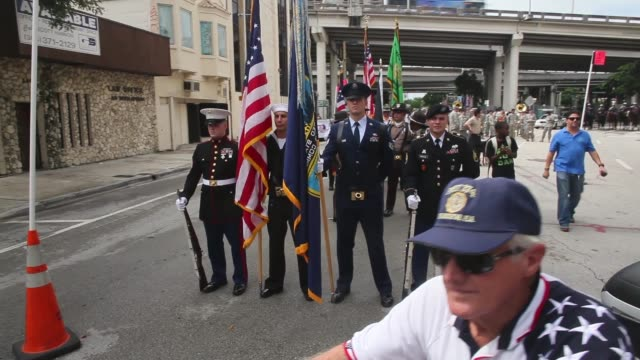 tracking shot flag bearers standing guard to honor veterans of the vietnam war the bay of pigs and all wars the city of miami holds the miamidade... - miami dade county bildbanksvideor och videomaterial från bakom kulisserna
