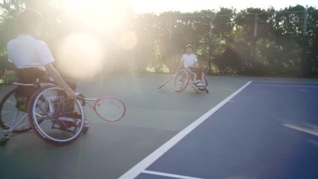 適応的な10代のテニス選手に続く追跡ショット - テニス点の映像素材/bロール