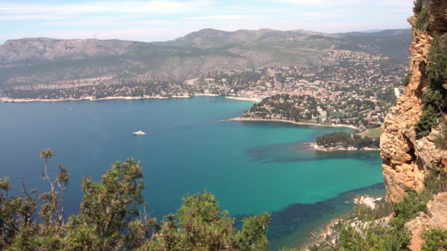 vidéos et rushes de tracking shot from high above of cassis, mediterranean coast - littoral