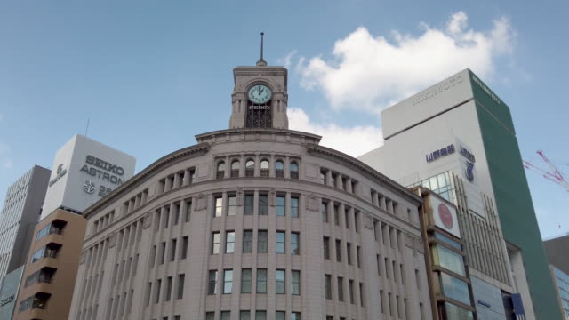 tracking-schuss . ginza wako in tokio , japan - turmuhr stock-videos und b-roll-filmmaterial