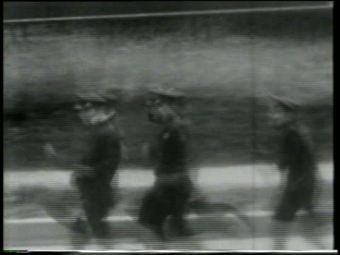stockvideo's en b-roll-footage met b/w 1915 tracking shot keystone kops running on street / feature - 1915