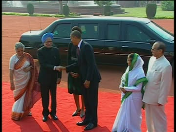 stockvideo's en b-roll-footage met new delhi, india president barack obama and first lady michelle obama shake hands with india prime minister manmohan singh and president pratibha... - democratie