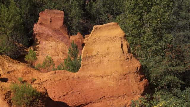 vidéos et rushes de tracking shot ochre rocks in roussillon - yellow