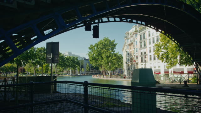 vidéos et rushes de tracking shot of a canal saint-martin lock and pedestrian bridge - dolly shot