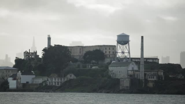 tracking shot of alcatraz prison - アルカトラズ島点の映像素材/bロール