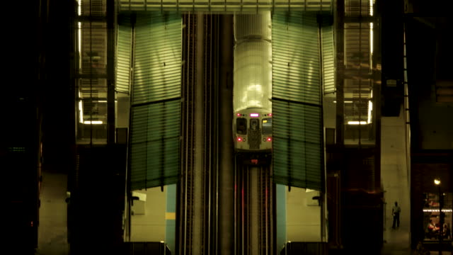 tracking shot of an l train leaving the morgan station at night - シカゴ高架鉄道・l点の映像素材/bロール