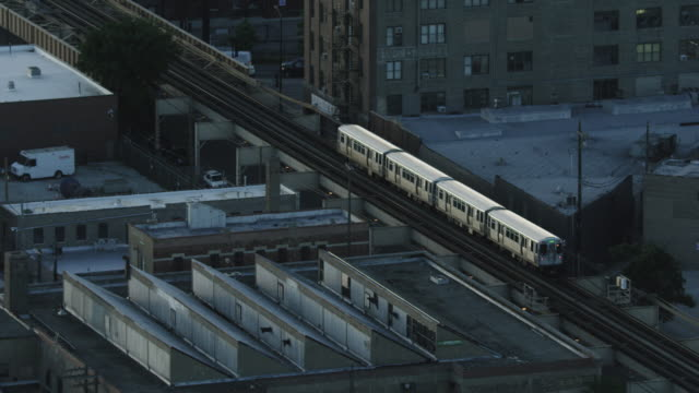 tracking shot of an l train rolling over elevated tracks - シカゴ高架鉄道・l点の映像素材/bロール