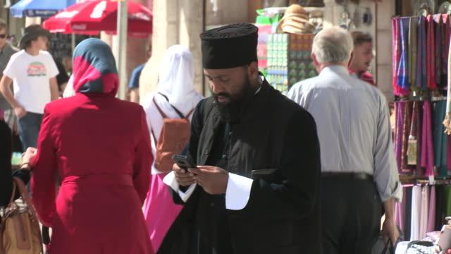 tracking shot of an orthodox man with a mobile phone. no audio - 聖地パレスチナ点の映像素材/bロール
