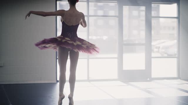 vídeos y material grabado en eventos de stock de tracking shot of ballerina practicing in dance studio / lehi, utah, united states - lehi