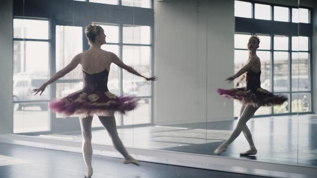 vídeos y material grabado en eventos de stock de tracking shot of ballerina practicing spinning in dance studio / lehi, utah, united states - lehi