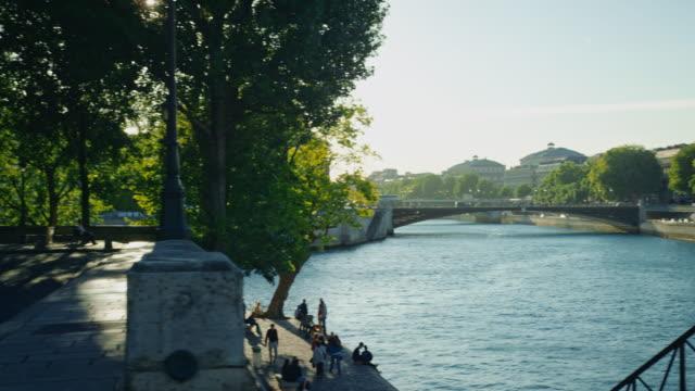 tracking shot of banks of the seine river, île saint-louis - saint louis bildbanksvideor och videomaterial från bakom kulisserna