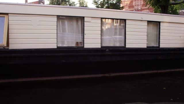 "vídeos de stock e filmes b-roll de ""tracking shot of beautiful houseboats on the canal in amsterdam, netherlands"" - barco casa"