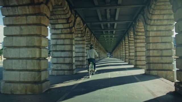 vidéos et rushes de tracking shot of bercy bridge, bicycles passing by - pont