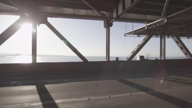 vídeos y material grabado en eventos de stock de tracking shot of cars driving on the lower deck of the bay bridge - puente de la bahía san francisco oakland