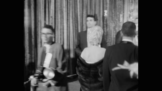 vídeos y material grabado en eventos de stock de tracking shot of celebrities arriving at premiere of giant, los angeles, california, united states of america - estreno de película