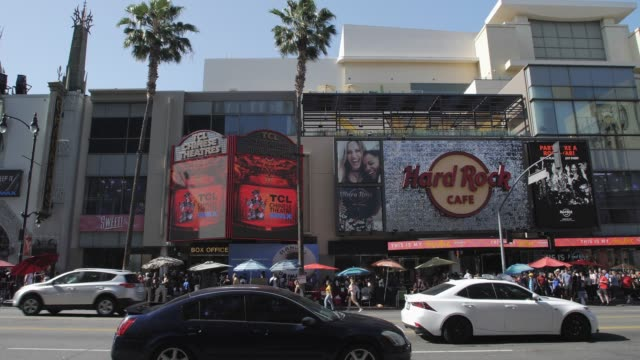 vidéos et rushes de tracking shot of chinese theatre on hollywood boulevard, hollywood, los angeles, la, california, united states of america, north america - hollywood boulevard