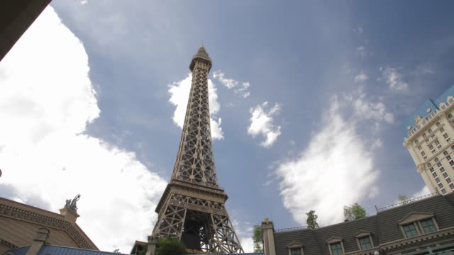 tracking shot of eiffel tower of paris hotel and casino, the strip, las vegas boulevard, las vegas, nevada, usa, north america - replica della torre eiffel video stock e b–roll