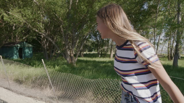 vidéos et rushes de tracking shot of happy girl riding skateboard looking at camera and gesturing peace / saratoga springs, utah, united states - teenage girls
