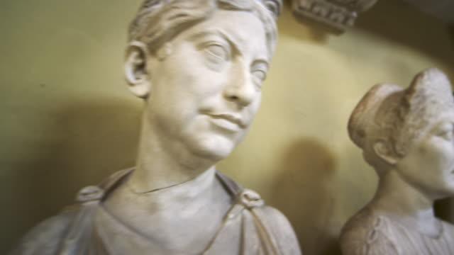 stockvideo's en b-roll-footage met tracking shot of head and shoulder sculptures inside vatican - mannelijke gelijkenis