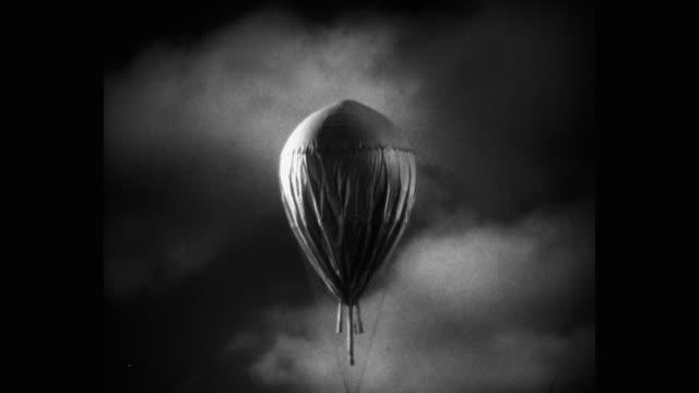 vidéos et rushes de tracking shot of hot air balloon flying in sky - aventure