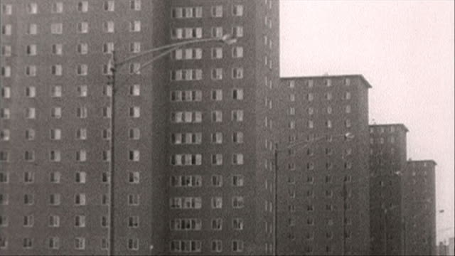 tracking shot of housing projects in chicago; 1964 - 公営アパート点の映像素材/bロール