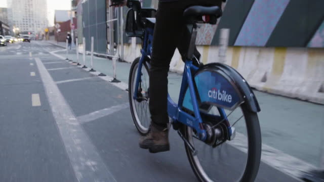 vídeos de stock e filmes b-roll de tracking shot of man riding citi bike in brooklyn - bicicleta