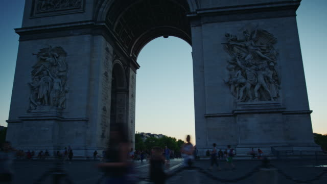 vídeos de stock, filmes e b-roll de tracking shot of paris arch of triumph at dusk - arco triunfal