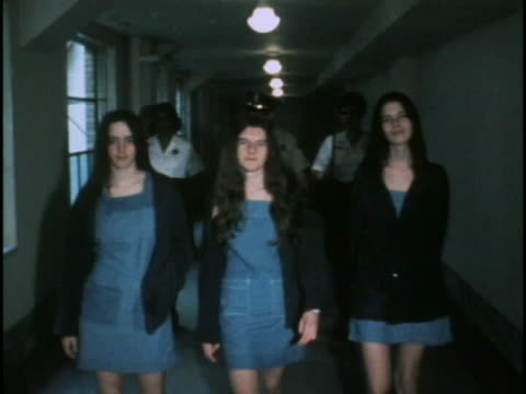 tracking shot of patricia krenwinkel susan atkins and leslie van houten begins on their feet as they walk towards the camera shot then pans up to... - crime or recreational drug or prison or legal trial stock-videos und b-roll-filmmaterial