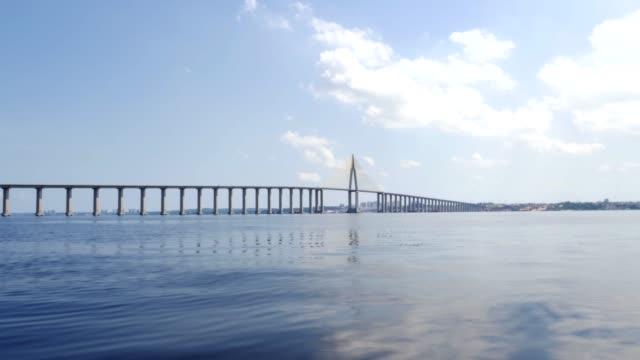 stockvideo's en b-roll-footage met tracking shot van rio negro bridge in manaus, amazone brazilië - color negro