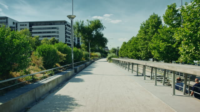 vidéos et rushes de tracking shot of seine river banks, modern buildings - trottoir
