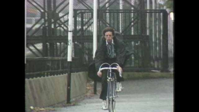 vídeos de stock e filmes b-roll de tracking shot of sir mick jagger cycling at speed through a london park - rolling stones