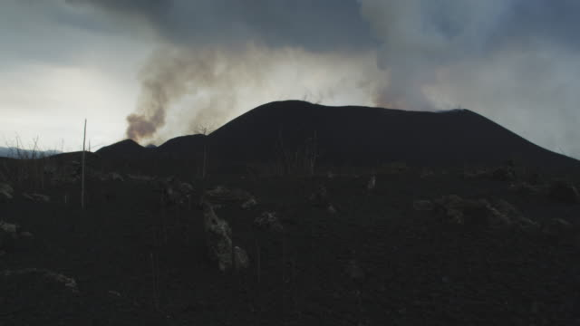 vídeos y material grabado en eventos de stock de tracking shot of smoking volcano from field of ash, nyamuragira, democratic republic of congo, 2011 - volcán activo