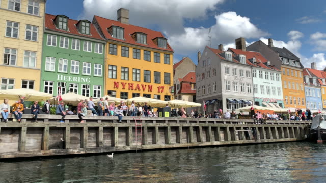 4k tracking shot of spectacular nyhavn harbour, copenhagen - kopenhagen stock-videos und b-roll-filmmaterial