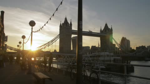 tracking shot of sunset at tower bridge from butlers wharf, southwark, london, england, united kingdom, europe - 跳開橋点の映像素材/bロール