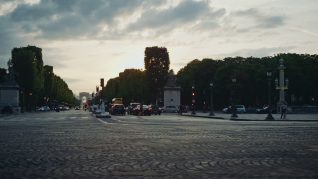 stockvideo's en b-roll-footage met tracking shot of the champs-elysées avenue at sunset - kassei