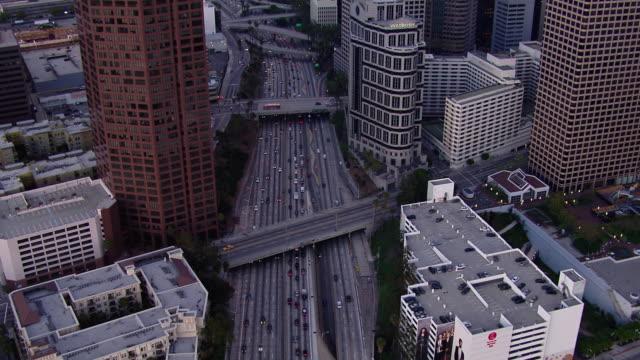tracking shot of the harbor freeway (interstate 110) through downtown los angeles at dusk. - トラッキングショット点の映像素材/bロール