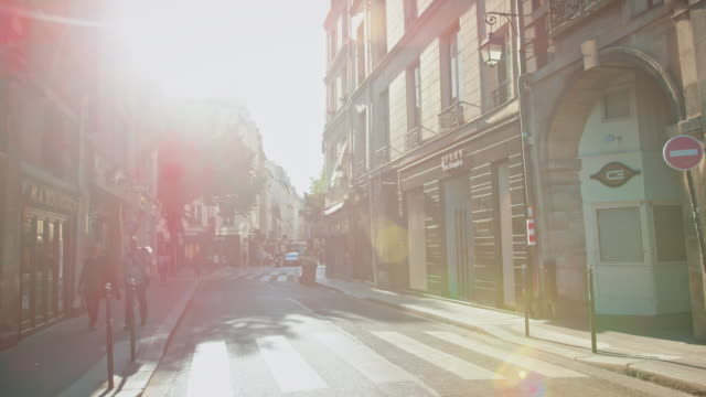 vidéos et rushes de tracking shot of the marais historical streets, cars, people walking by - paris