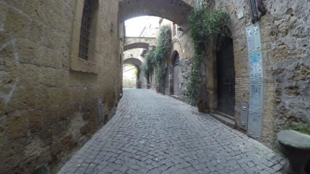 colpo di tracciamento della città medievale di orvieto, italia - villaggio video stock e b–roll