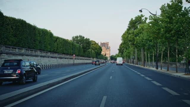 vidéos et rushes de tracking shot of the musée du louvre seen from the quai des tuileries - jour
