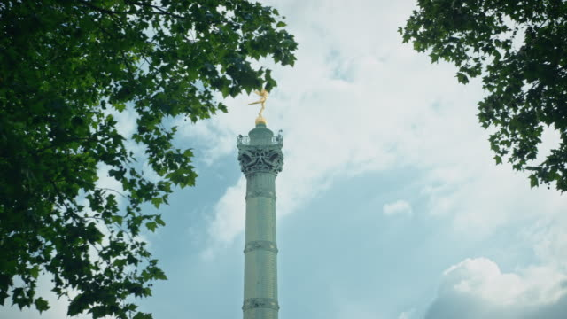 tracking shot of the place de la bastille column - バスティーユ点の映像素材/bロール