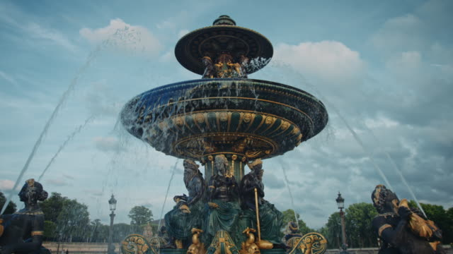 stockvideo's en b-roll-footage met tracking shot of the place de la concorde fountain at sunset - fontein