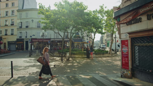 vidéos et rushes de tracking shot of the place de la contrescarpe, mouffetard area - paris