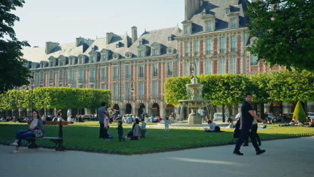 Tracking shot of the Place des Vosges