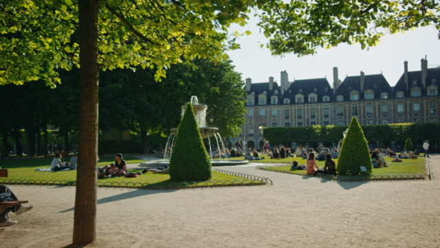 vidéos et rushes de tracking shot of the place des vosges - square