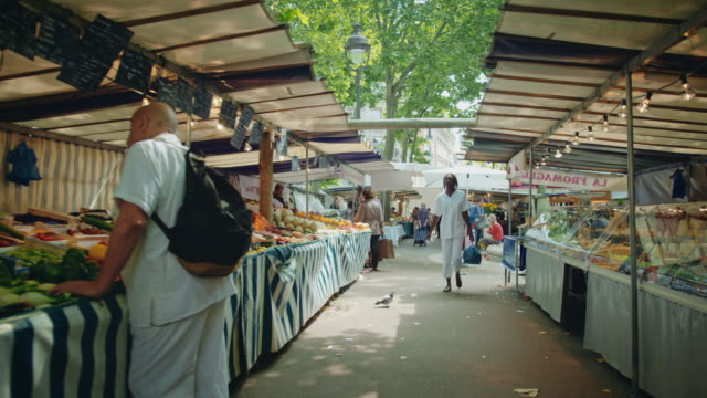 vidéos et rushes de tracking shot of the place monge street market, mouffetard area - frais