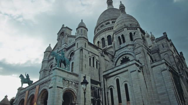 tracking shot of the sacré-coeur basilica of montmartre - basilique du sacre coeur montmartre stock videos & royalty-free footage