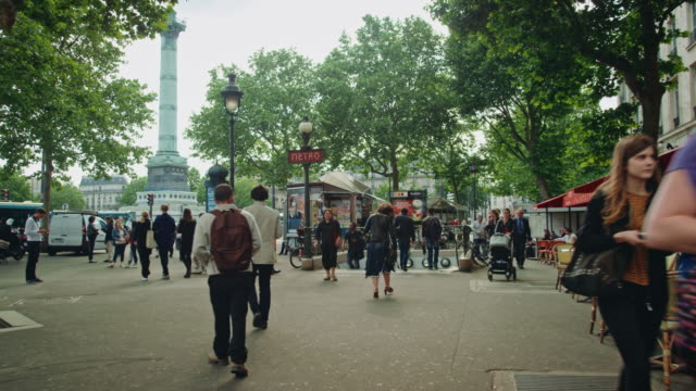 tracking shot of the subway entrance of the place de la bastille, people walking by - バスティーユ点の映像素材/bロール