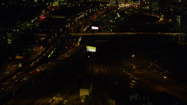 tracking shot of the traffic on the leonard p zakim bunker hill memorial bridge at night - ザキム・バンカーヒル橋点の映像素材/bロール