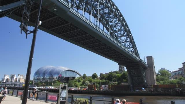 stockvideo's en b-roll-footage met tracking shot of tyne bridge over river tyne, newcastle-upon-tyne, tyne and wear, tyneside, england, europe - tyne bridge